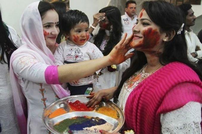 पाकिस्तान में भी दिखी होली की मस्ती, जमकर उड़ा अबीर और गुलाल