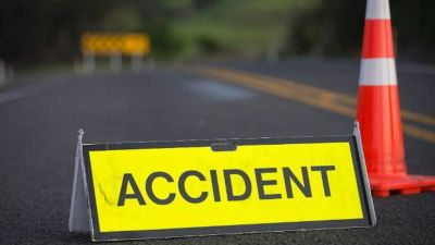 कार को बचाने के चक्कर में पलटी रोडवेज बस, हादसे में कई घायल
