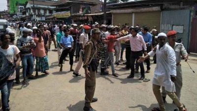 असम में सांप्रदायिक हिंसा, सड़क पर नमाज़ पढ़ रहे थे मुस्लिम