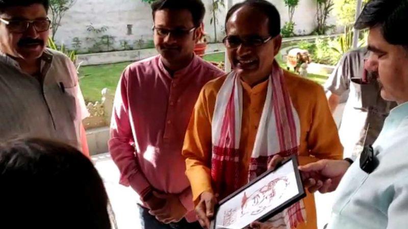 भाजपा कार्यकर्ताओं ने खून से बनाई पीएम मोदी की तस्वीर, लिखवाया 'नमो अगेन'