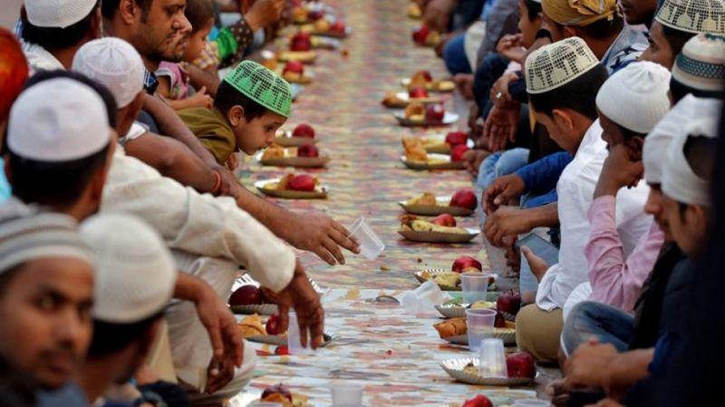 पाकिस्तान में सिख दुकानदार रोजदारों को दे रहे छूट, समाज में फैला रहे एकता का सन्देश