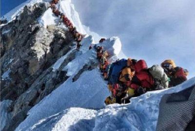 माउंट एवेरेस्ट पर हुआ ट्रैफिक जाम, तीन पर्वतारोहियों की मौत, मृतकों में दो भारतीय