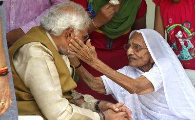 आज अहमदाबाद पहुंचकर मां हीराबेन से आशीर्वाद लेंगे पीएम मोदी