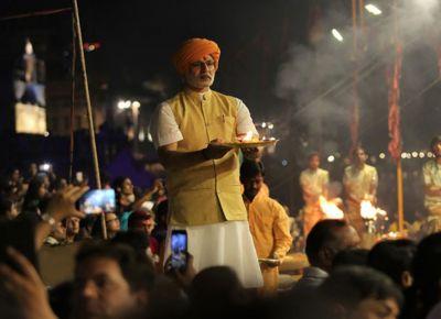 गंगा के घाट पर हुई प्रधानमंत्री नरेंद्र मोदी पर बनी बायोपिक की स्पेशल स्क्रीनिंग