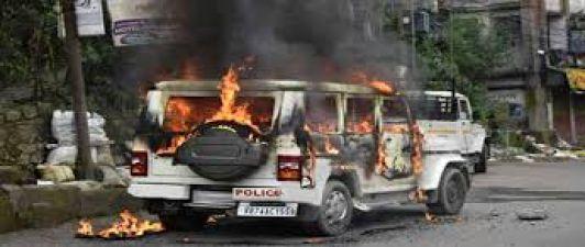पश्चिम बंगाल : हावड़ा में भड़की हिंसा, लोगों ने पुलिसवालों की गाड़ियों को फूंका