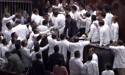 श्रीलंका:  संसद में हंगामा, सांसदों ने एक दूसरे पर फेंका मिर्ची पाउडर, बुलानी पड़ी पुलिस