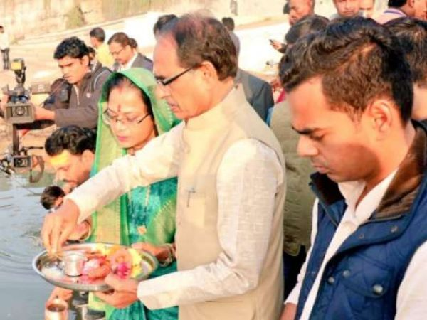 मध्यप्रदेश चुनाव: शिवराज सिंह ने पत्नी साधना संग नर्मदा किनारे की पूजा