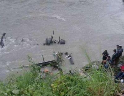 नेपाल में बस नदी में कैसे गिरी