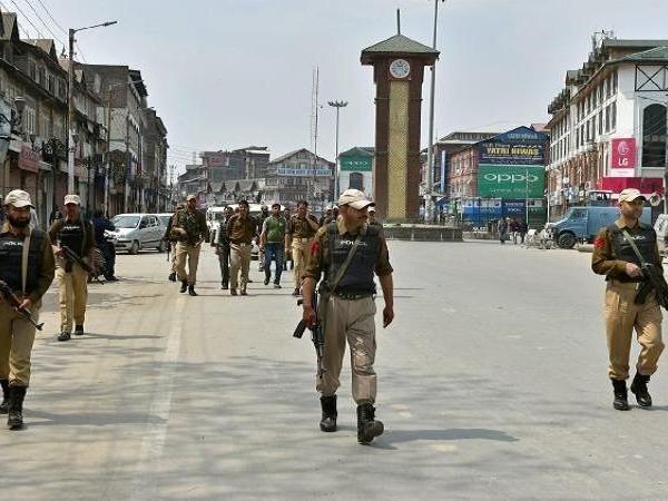 कश्मीर : आतंकियों से मुक्त हुए पुलिसकर्मियों के परिजन, बदले में रखी थी ये मांग