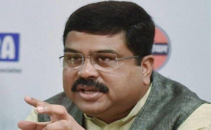 केंद्रीय मंत्री ने बताया पेट्रोल-डीज़ल के दाम बढ़ने का कारण, कहा क्रूड की बढ़ती कीमतें और रूपये का अवमूल्यन जिम्मेदार
