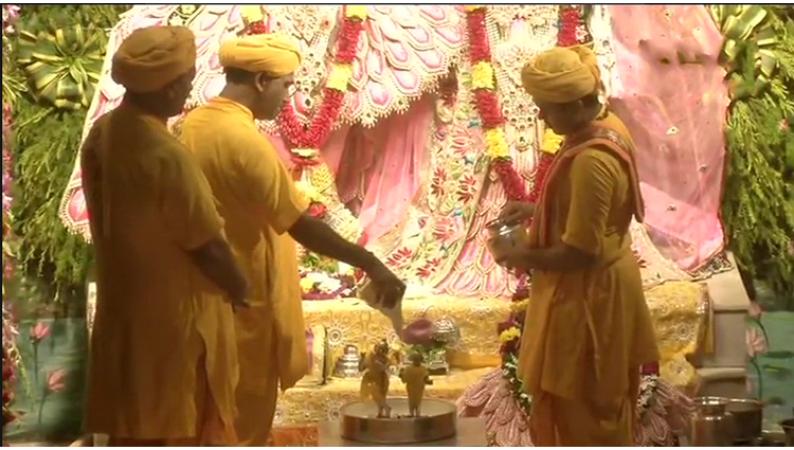 मथुरा के जन्मभूमि मंदिर में जमकर लगे श्री कृष्णा के जयकारे