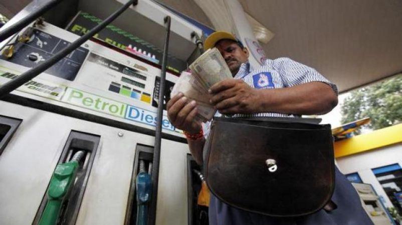 लगातार नौवें दिन पेट्रोल डीज़ल के दाम बढ़ने से लोग हुए बेहाल