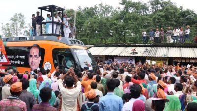 जन आशीर्वाद यात्रा के दौरान मध्य प्रदेश के CM शिवराज सिंह चौहान के वाहन पर पथराव