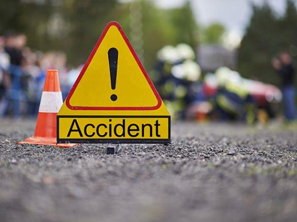 अनियत्रित ट्रक  ने कार को मारी जोरदार टक्कर, दो की मौत चार घायल