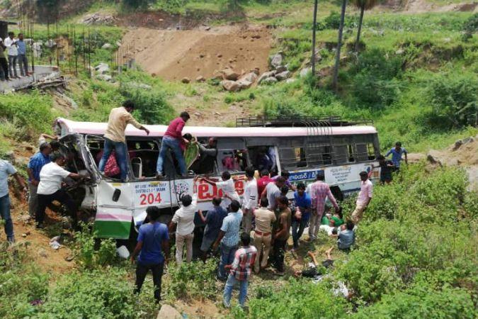 कोंडागट्टू बस दुर्घटना: तेलंगाना में बस खाई में गिरी, 46 तीर्थयात्रियों की मौत