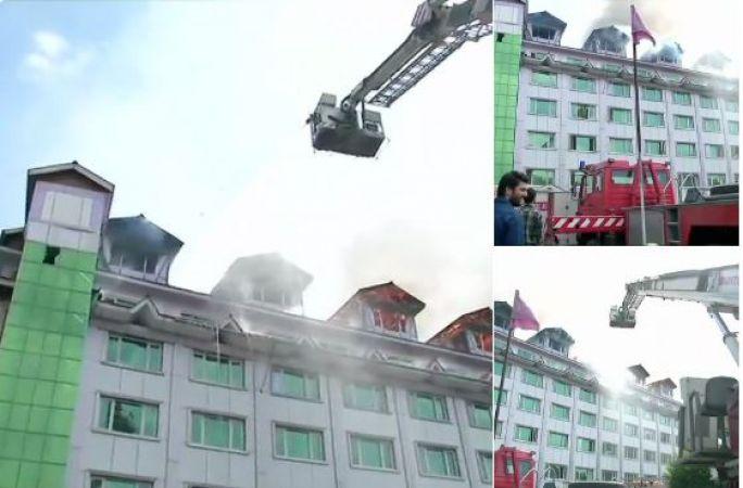 श्रीनगर के पंपोस होटल में लगी भीषण आग, बचाव कार्य जारी