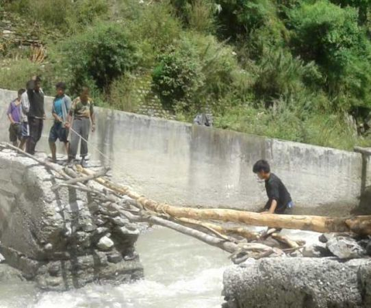 जब सरकार ने नहीं की मदद तो ग्रामीणों ने खुद ही बनाये दो अस्थाई पुल