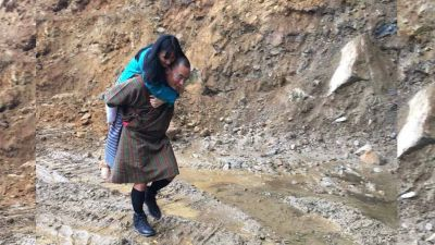 पैर कीचड में ना हों इसलिए भूटान के पूर्व प्रधानमंत्री ने पत्नी को बैठाया पीठ पर