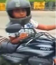 सड़क पर एक बच्चे ने की सारी हदे पार, पैर नही पहुंचते जमीन तक फिर भी कर रहा था ये काम