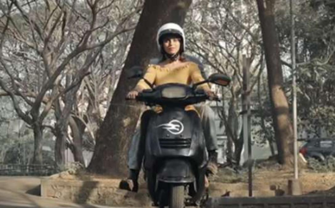 इस इलेक्ट्रिक स्कूटर चालक के गिरने का नही है कोई डर, खुद को बैंलेस करने में है समर्थ