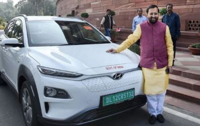 Prakash Javadekar arrives in Parliament with his new electric car, runs 450 KM in single charge