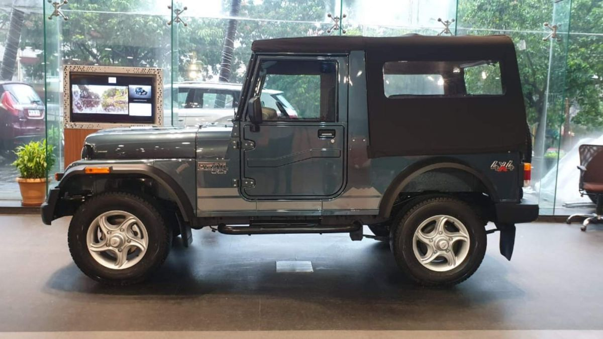 Anand Mahindra Hand over key of Limited Edition Thar 700 To Udaipur Prince