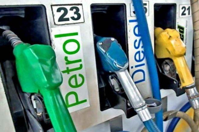 पेट्रोल के दामों में आज भी नजर आई गिरावट, डीजल में स्थिरता कायम