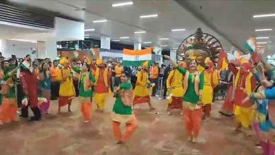 दिल्ली से टोरंटो के लिए शुरू हुई फ्लाइट, एयर इंडिया के कर्मचारियों ने ऐसे मनाया जश्न