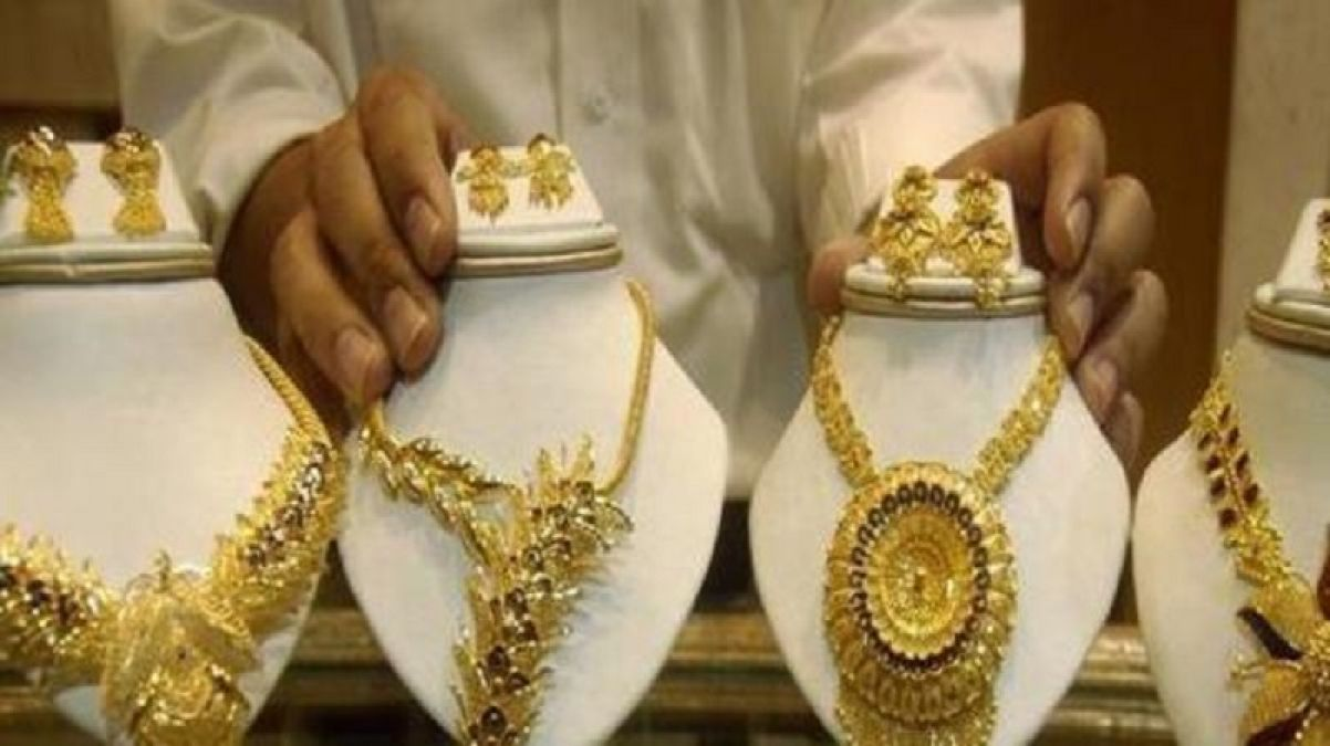 Gold hovers near 6-year peak on slowdown fears, trade jitters