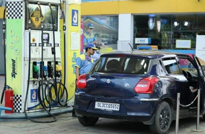 पेट्रोल-डीज़ल की कीमतों में लगातार चौथे दिन इजाफा, आगे 5 रुपए लीटर तक बढ़ सकते हैं भाव
