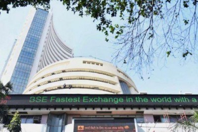 Sensex down by 898 points, Nifty lost initial lead