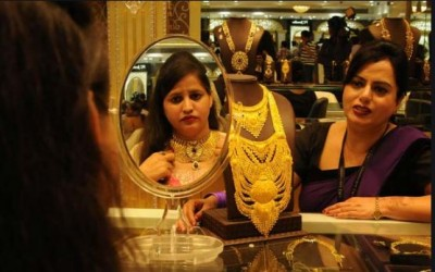 Gold loses initial lead, prices fall drastically