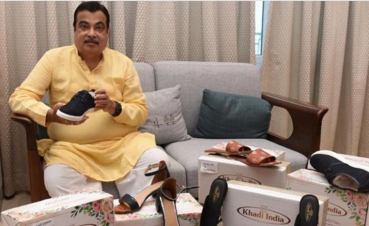 इस दिवाली बाज़ार में स्वदेशी उत्पादों की धूम, नितिन गडकरी ने लांच किए खादी के जूते