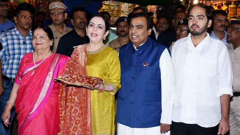 Nita Ambani, Mukesh Ambani present first wedding invite of Isha Ambani-Anand Piramal to  Siddhivinayak Temple
