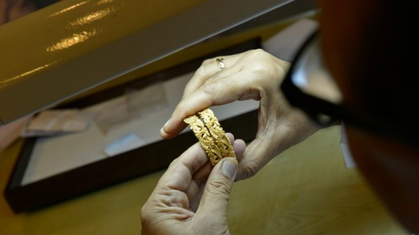 Gold imports plunge about 8% in 2015-16