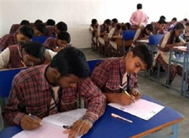 बढ़ते कोरोना मामलों के बीच CBSE के छात्रों ने परीक्षा रद्द करने की मांग की