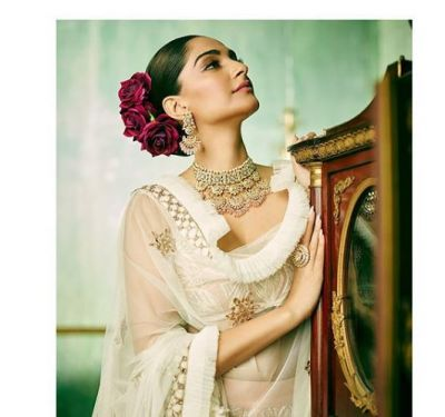 Sonam Kapoor with roses in the hair looked pretty; see pics here