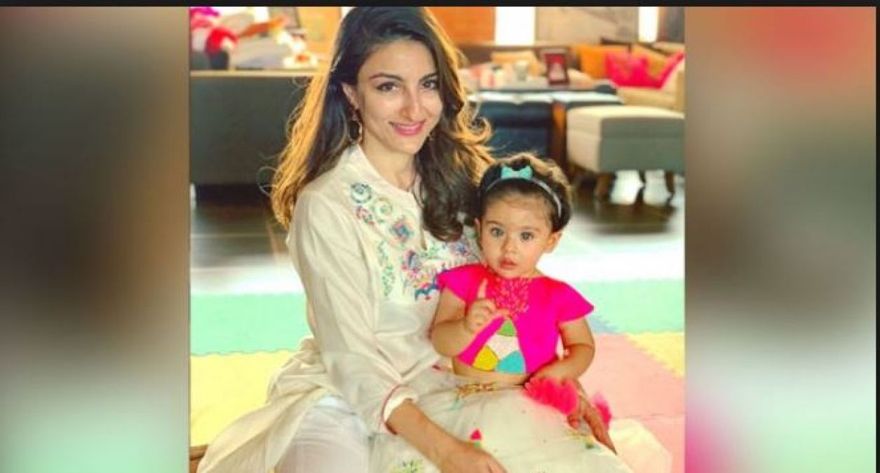 Soha was breastfeeding in the plane's bathroom, but then suddenly...!