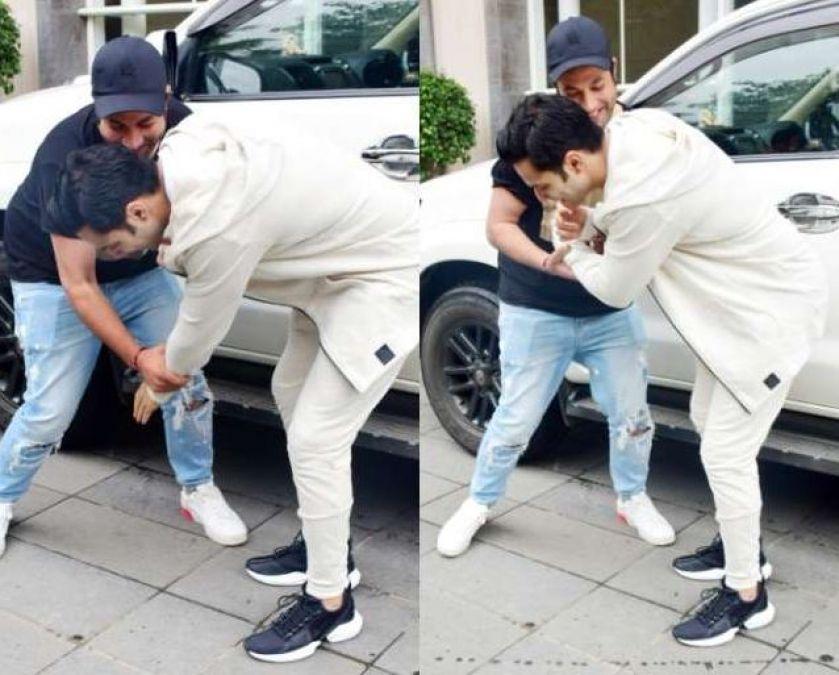 Varun Dhawan fell at Varun Sharma's feet, pictures speak it all!