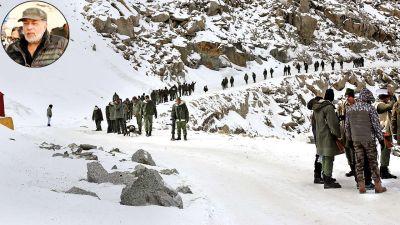 300 आर्मी अफसरों के साथ बनी 'पल्टन'