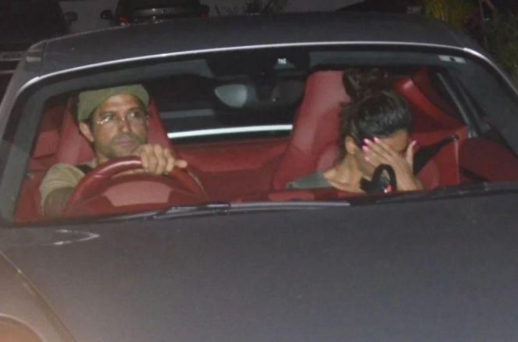 देर रात कार में गर्लफ्रेंड के संग दिखें फरहान, कैमरा देखते ही किया ऐसा काम