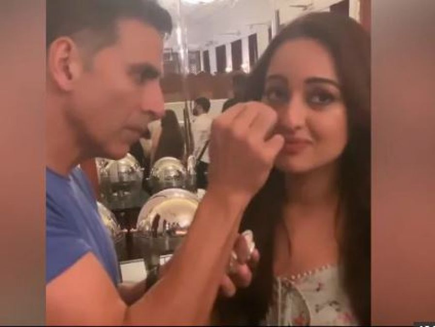 Akshay Kumar Became a Makeup Artist From Actor, Watch the Video!