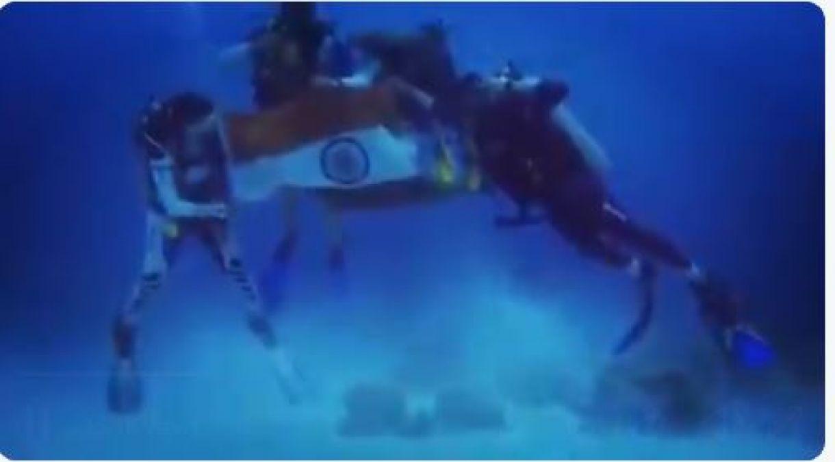 समंदर में तिरंगा फहराकर परिणीति चोपड़ा ने देशवासियों को दी स्वतंत्रता दिवस की बधाई