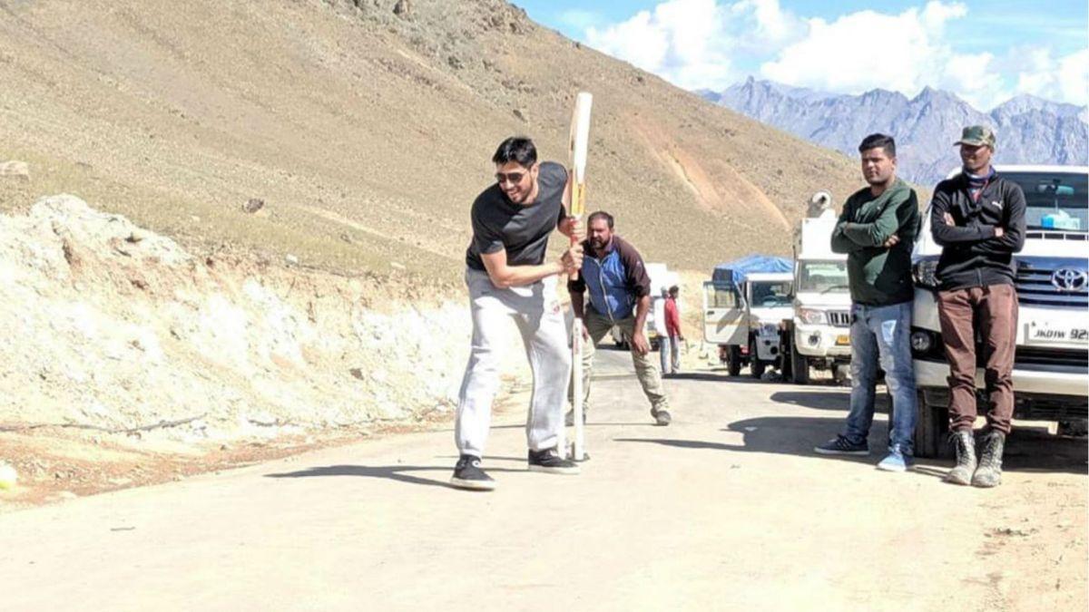 Shershaah Movie : शूटिंग से वक्त मिलते ही सिद्धार्थ ने कारगिल में खेला क्रिकेट, देखें फोटो