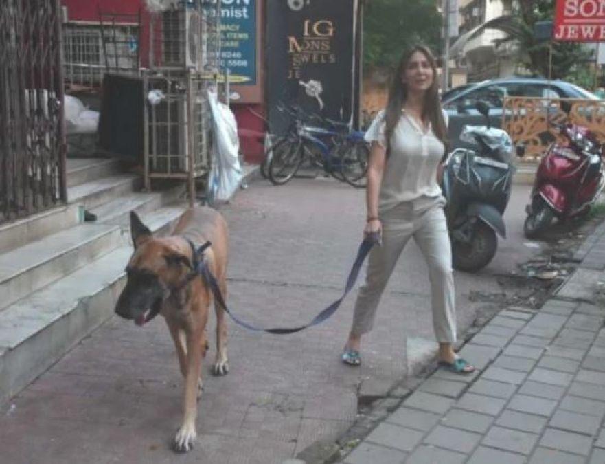 अपने पालतू कुत्ते के साथ घूमती नजर आईं यह गुमनाम एक्ट्रेस, देखें तस्वीरें
