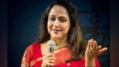 VIDEO: Hema Malini Krishna was immersed in devotion, sung Hare Ram Hare Krishna in temple!