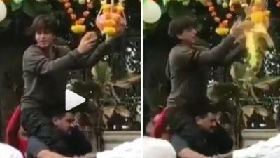 VIDEO : शाहरुख़ ने धूमधाम से मनाई जन्माष्टमी, इस शख्स के कंधे पर बैठ फोड़ी दही हांडी