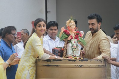 Photographers laughed at Shilpa Shetty's talk during Ganesh immersion