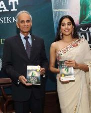 Janhavi reminded of Sri Devi, wreaked havoc in a white sari!