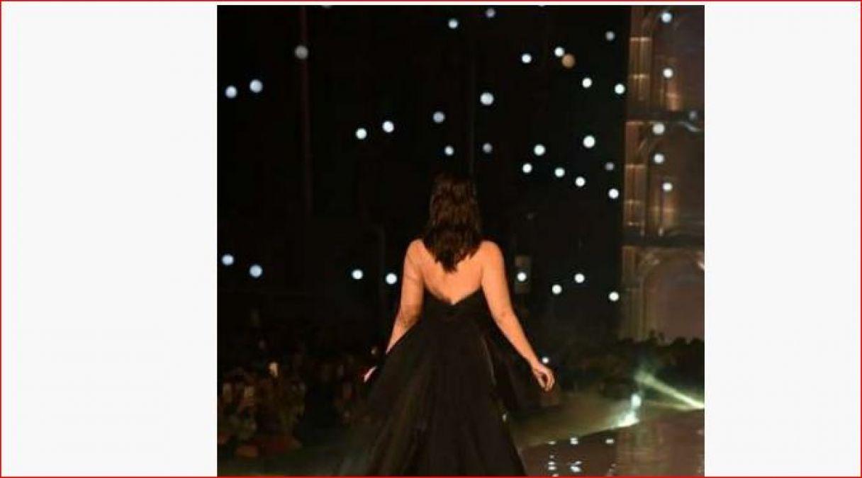 'लैक्मे फैशन शो' में ब्लैक ड्रेस पहनकर चार चाँद लगाती नजर आईं करीना कपूर